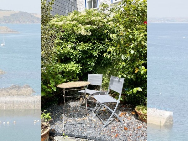 Handspan Cottage is a cosy 300 year old fisherman's cottage just yards from the harbour.